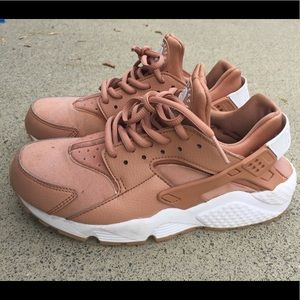 timeless design 78667 4e9a3 Nike Shoes - Coral Huarache Nike Shoes 8 pink, rose gold